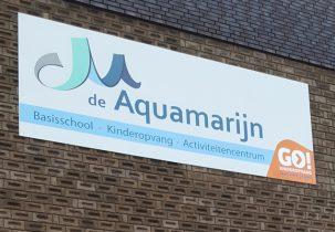 groot bord op de gevel van basisschool kinderopvang activiteitencentrum de aquamarijn